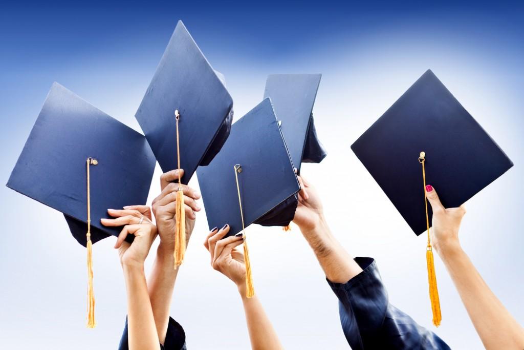 студенты бросают вверх шапочки