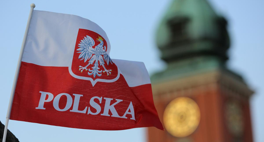 Польский флаг на фоне башни