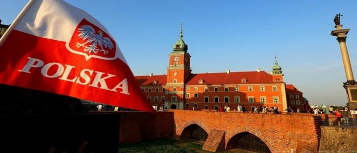 Польский флаг на фоне креости